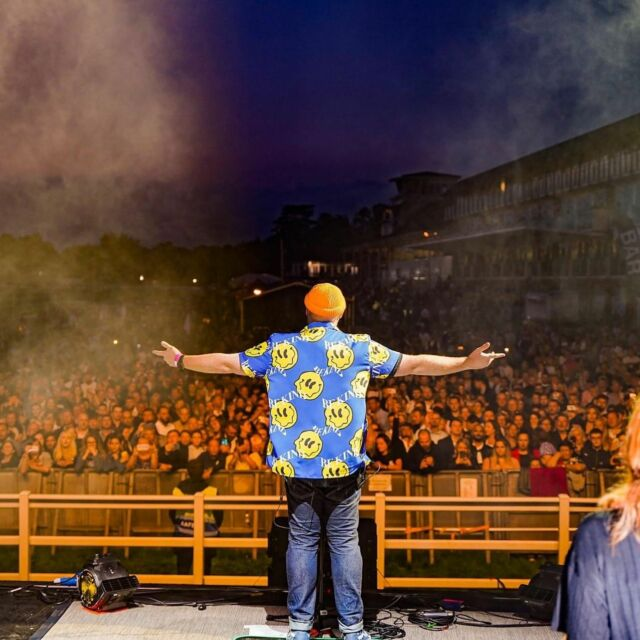 #Throwback to when @iamtomwalker played at @lingfieldpark a few weeks ago for a very special gig after the races! 🐎🎶 Were you at the show? 🙋♂️🙋 - 📸 Tom Walker Facebook.